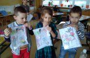 V školskom klube detí si žiaci vyrábali zasnežené obrázky. Fotogaléria: Mgr. S. Boóczová